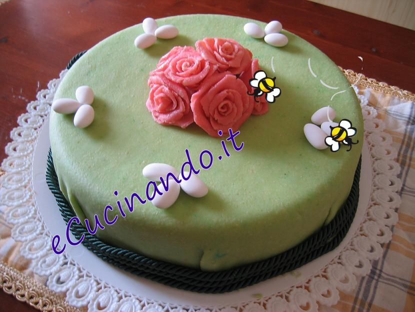 Decorare una torta con pasta di mandorla - Decorare una porta ...